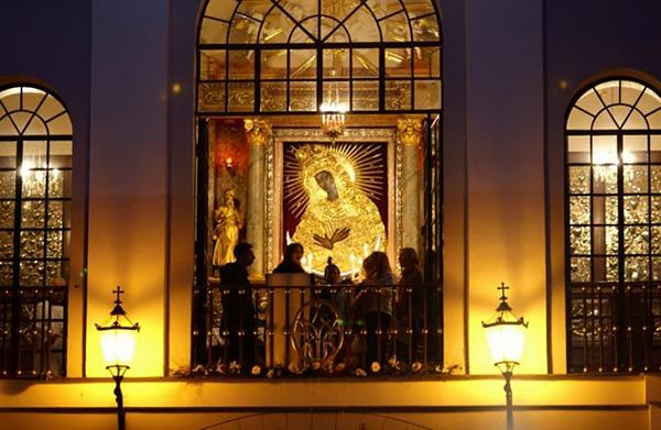 Остробрамская икона Божией Матери. Балкон с иконой вечером